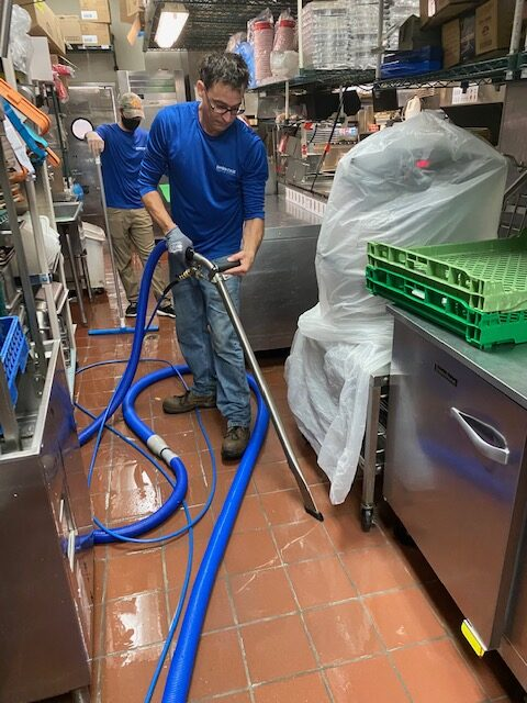 Cleaning the kitchen of a fast food restaurant with the electrostatic cleaning method - Showcase Clean
